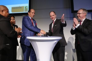 Botswana 2017 Contract Signing - Tshekedi Stanford Khama, Minister of Environment, Wildlife and Tourism, Botswana (l.); Dr. Christian Göke, CEO, Messe Berlin GmbH/Photo: Messe Berlin