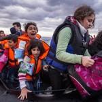 Migrants/réfugiés syriens arrivant de Turquie sur un zodiac surchargé près de Molyvos (Grèce) ©Nicolas Economou